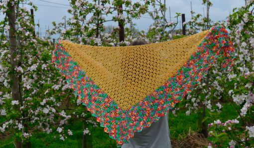 Crochet shawl pattern: walking on clouds | Vicarno